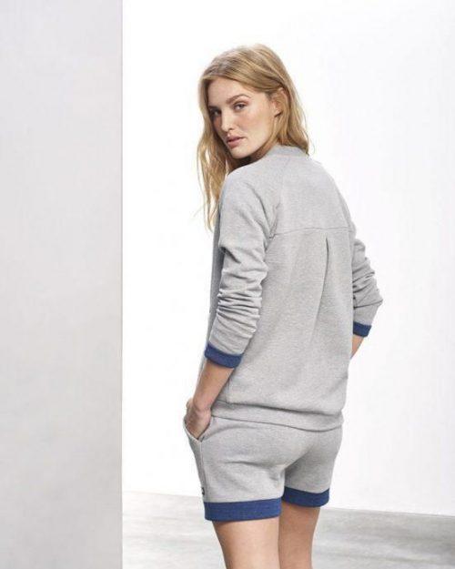 Hummel Kate genser og shorts bak dame