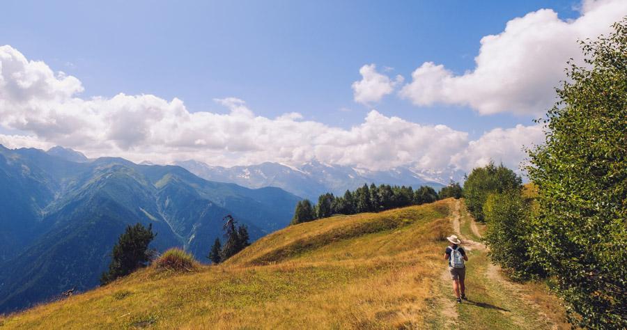 Dame går i fjellet